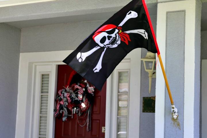 Pirate Party Front Door Decor | Missfrugalfancypants.com