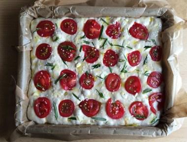 Facaccia klassisch mit Rosmarin und Tomaten