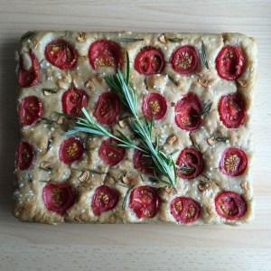 Focaccia gebacken Rosmarin und Tomaten