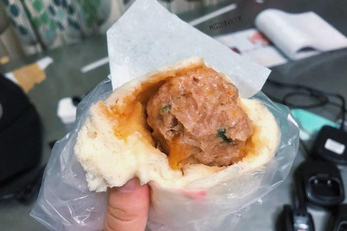台中南區美食【向陽東坡蛋黃鮮肉包】第三市場排隊銅板美食!排一小時真的不誇張!