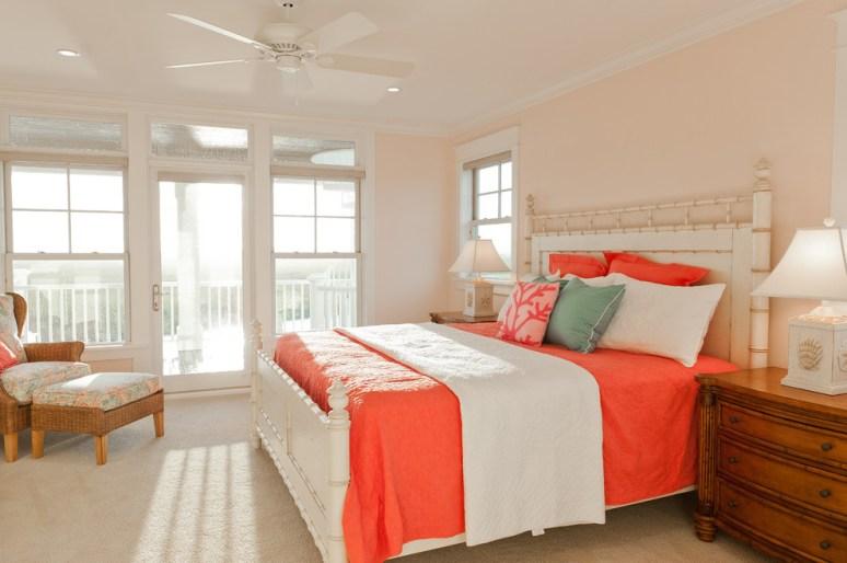 Коралловый интерьер спальня. Источник houzz.com