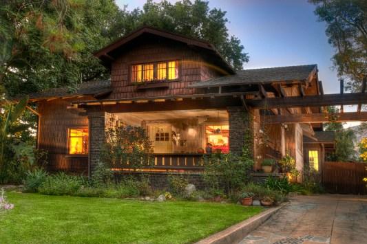 Двухуровневый дом из кирпича в стиле Shingle/Craftsman. Источник https://www.pinterest.com/pin/324259241894477573/