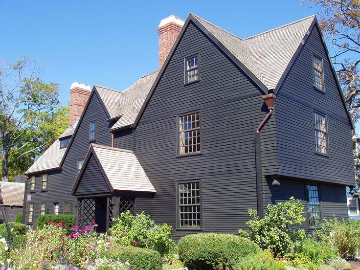 Дом в стиле пилигримов. Называется Turner House (House of the Seven Gables), расположен в городе Салем, Массачусеттс. Построен в 1668 году и считается примером английской пост-средневековой архитектуры. Источник haunted-places-to-go.com.