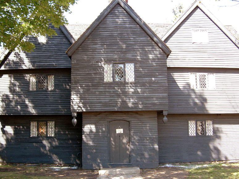 Дом в стиле пилигримов. Называется Corwin House и расположен в городе Салем, Массачусеттс. Построен в 1660 году (First Period). Источник http://en.wikipedia.org