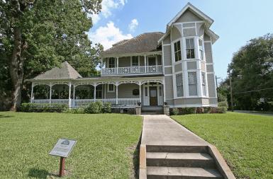 Дом в стиле Frame Vernacular, построен в городке Ocala, Флорида, в 1891 году. Называется «Bullock House». Источник https://www.flickr.com/photos/blackdoll