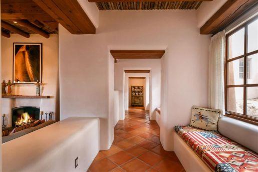 Современный дом в стиле Pueblo Revival, построенный в 1985 году в Санта-Фе. Источник http://santafeproperties.com