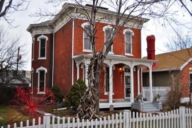 Дом из красного кирпича в стиле Italianate, двухуровневый. Расположен в городе Денвер. Источник http://denverurbanism.com/2012/02/denvers-single-family-homes-by-decade-1870s.html