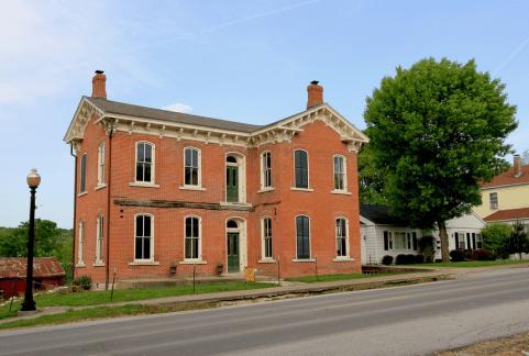 Дом в стиле Italiante построен в 1871 году в городе Луизиана, штат Миссури. Принадлежал доктору (Dr.) George Bralley, в данный момент заброшен в течении 40 лет. Находится в районе «Old Town» («Старый Город»). Источник https://www.flickr.com/photos/blackdoll