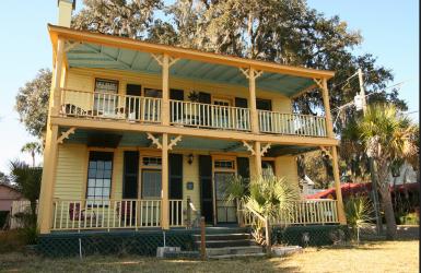 Дом в стиле Old Florida. Построен в городке Palatka, штат Флорида, в 1856 году. Источник https://www.flickr.com/photos/blackdoll