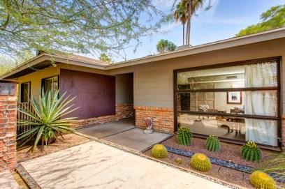 Дом в стиле Ranch (ранчо) постройки середины прошлого века. Также имеет отличительные черты стиля Modern. Источник realestateweblogging101.com