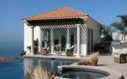 The O.C. (Одинокие Сердца): домик Коуенов и бассейна. Он построен в испанском колониальном стиле, но имеет также и греческие колонны. Источник http://ben-support.livejournal.com