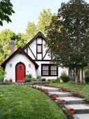 Дом в стиле Tudor Revival Cottage.