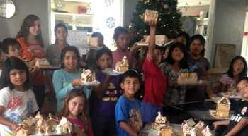 Making gingerbread houses with the children from Fundaninos
