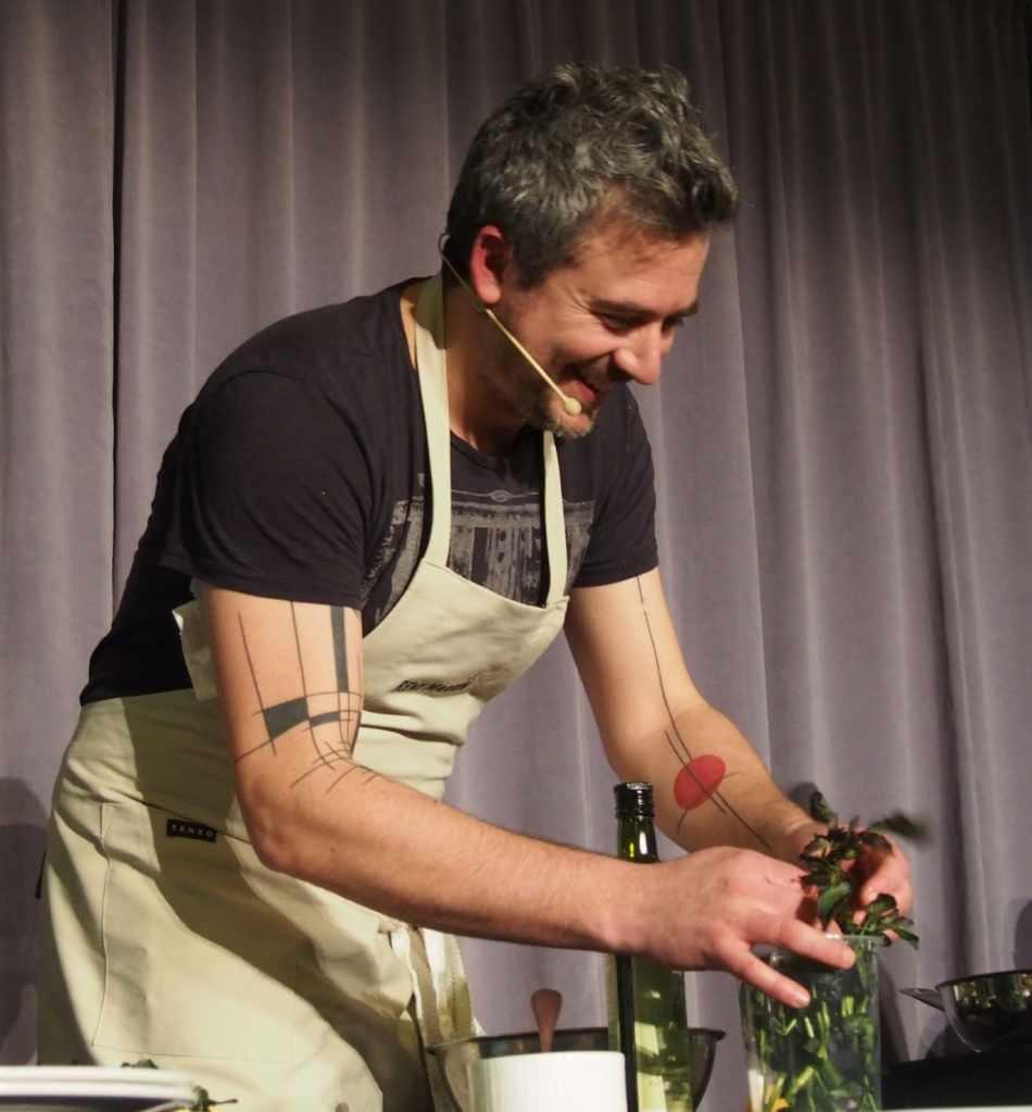 Martin Juneau FoodCamp 2014 expliquant comment faire des oeufs bénédictines à la maison.