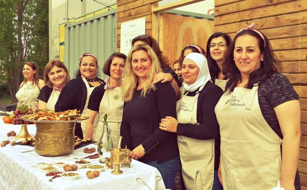 Des sourires du groupe de femmes syriennes qui forment Les Filles Fattoush