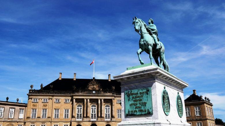 Statut Frederick V devant le palais de Amelienborg