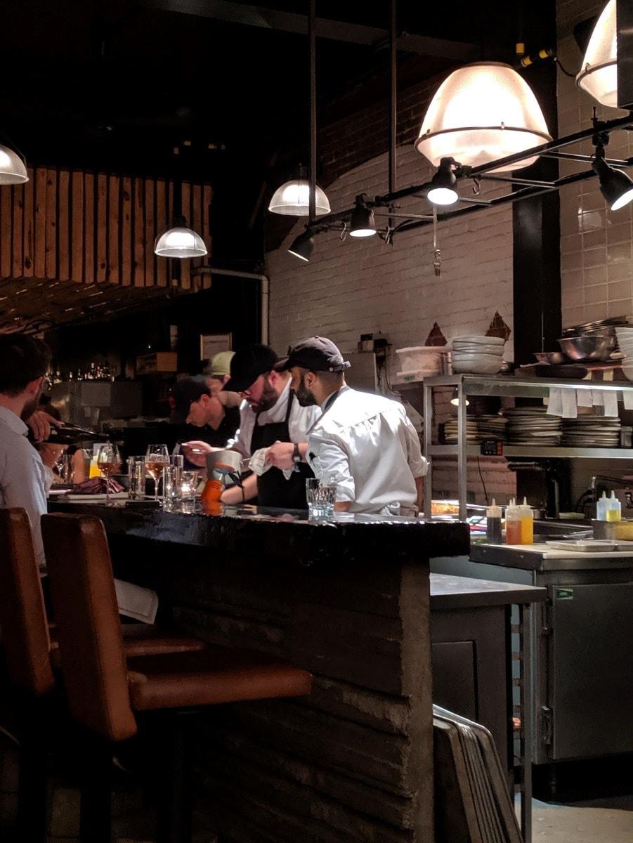 Simon Mathys dans la cuisine du restaurant Manitoba Montréal