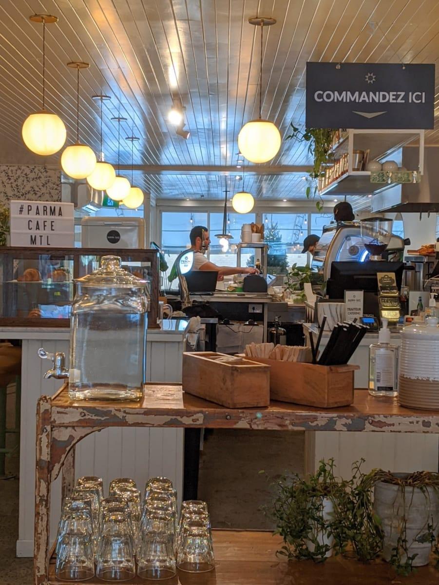 L'intérieur lumieux du Parma Café Jean-Talon