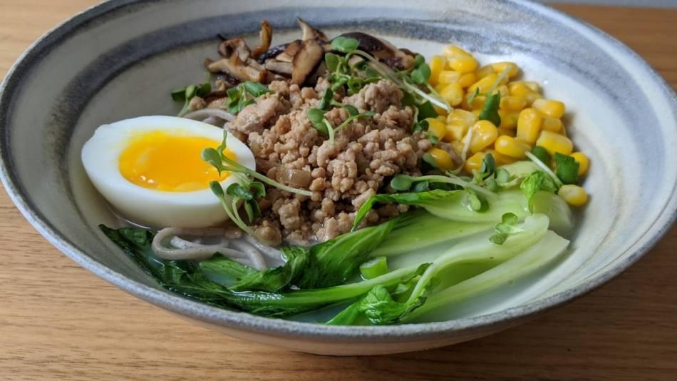 un bol de soupe réconfortante d'inspiration japonaise
