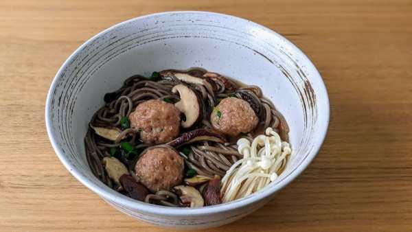 boulettes de dindon et soupe aux nouilles soba