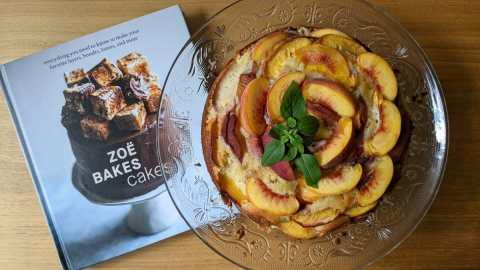 Gâteau aux pêches prèes du livre de Zoë François