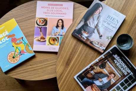 Livres de recette sur une table Gonflé à bloc Hubert Cormier Geneviève Everell Moins de glucides plus locaux Bien manger c'est tout simple Marie-Ève Caplette Réconfort Végane Jean-Philippe