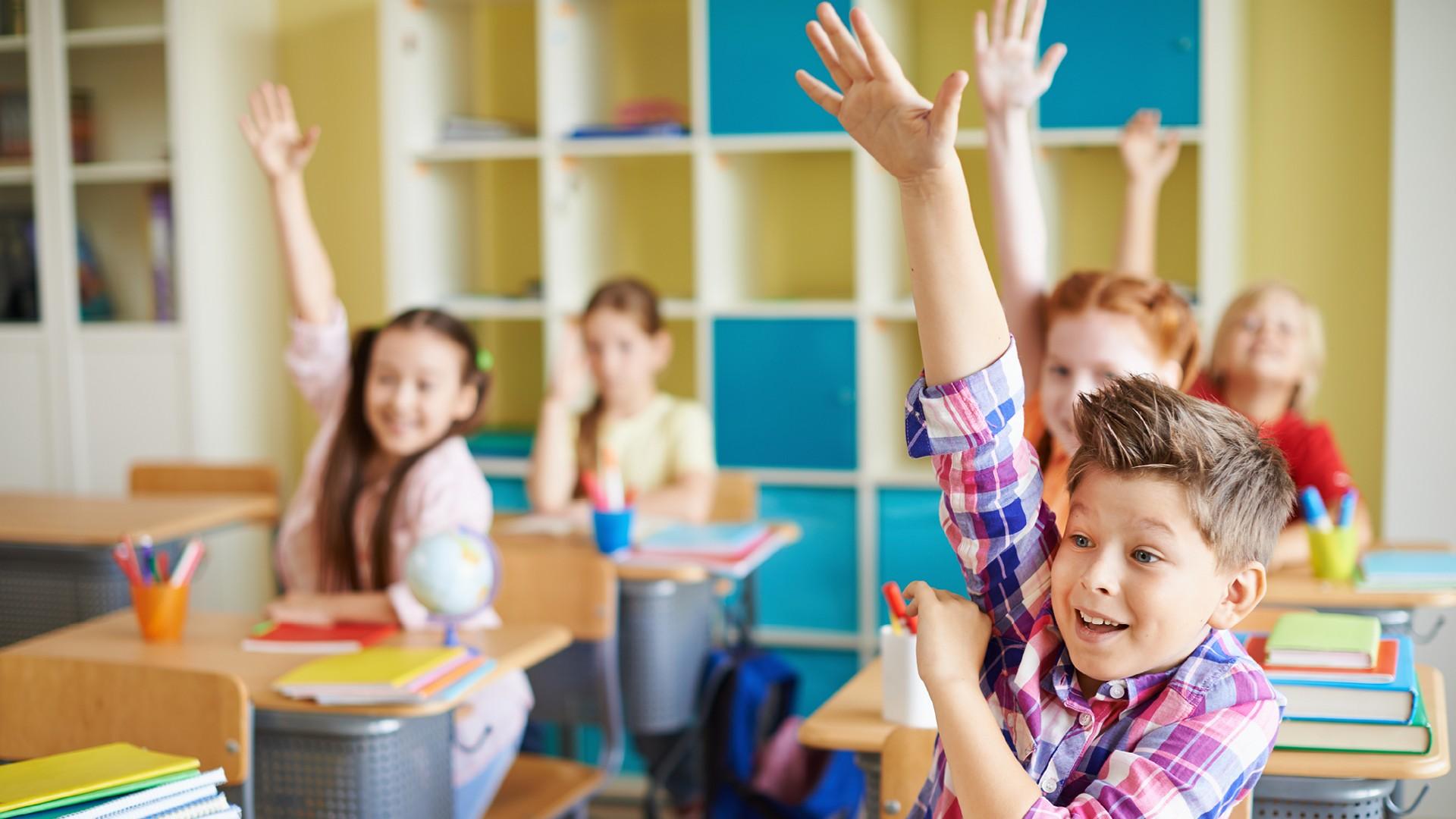 Bambini in classe il primo giorno di scuola