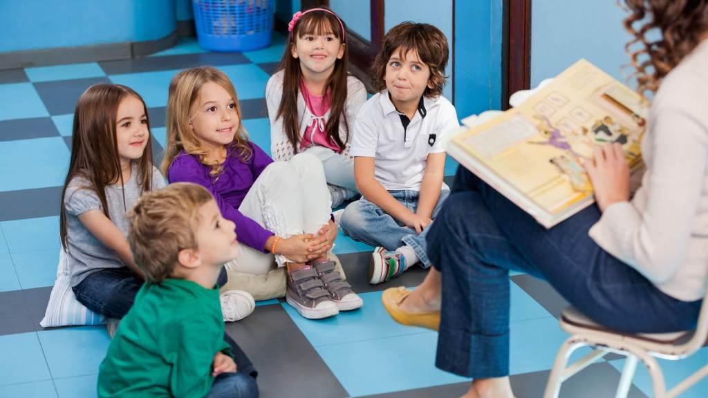 Maestra che legge ai bambini