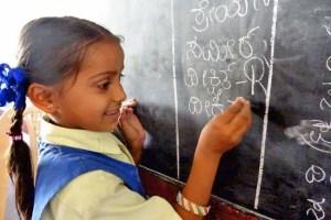 Petite fille en classe