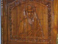 Détail d'une porte sculptée à l'effigie de l'Abbé Dubois