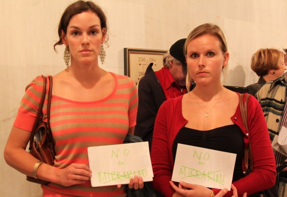 Left to right: Nicole Baran and Holly Mowforth, two of a few in favor of ousting Ross Mirkarimi. Photo by Yousur Alhlou.