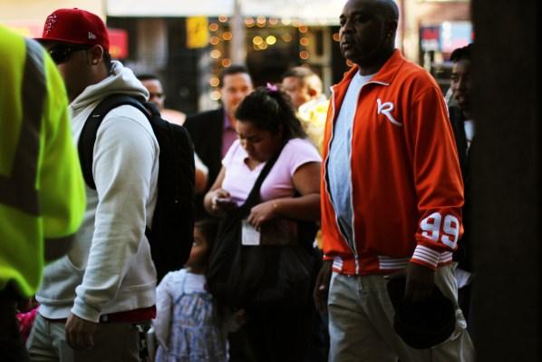 La gente esperando a que abra Pollo Campero. Foto por Claudia Escobar.