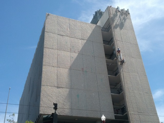 Workers rappelling down US Bank Building. Photo by Daniel Hirsch.