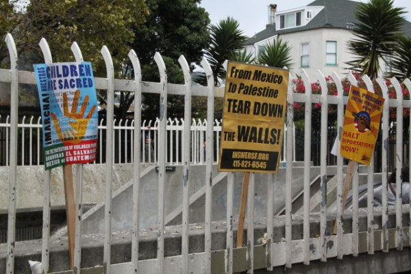 """""""From Mexico to Palestine, Tear Down the Walls!"""" Solidarity between causes expressed in a sign from Movimiento para la Reunificacion Familiar. Photo by Joe Rivano Barros."""
