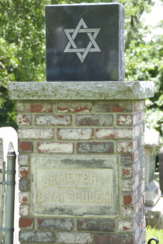 A marker at the Jewish Cemetery in Hannibal, MO