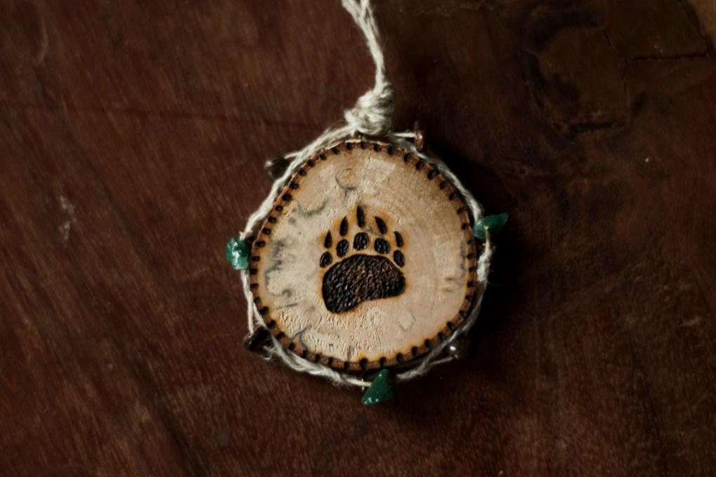 Amulette empreinte d'animal, personnalisable, ours, loup, fait-main par Missive to Bears en France, collier en bois et pierres fines, pyrogravure, La lettre aux ours