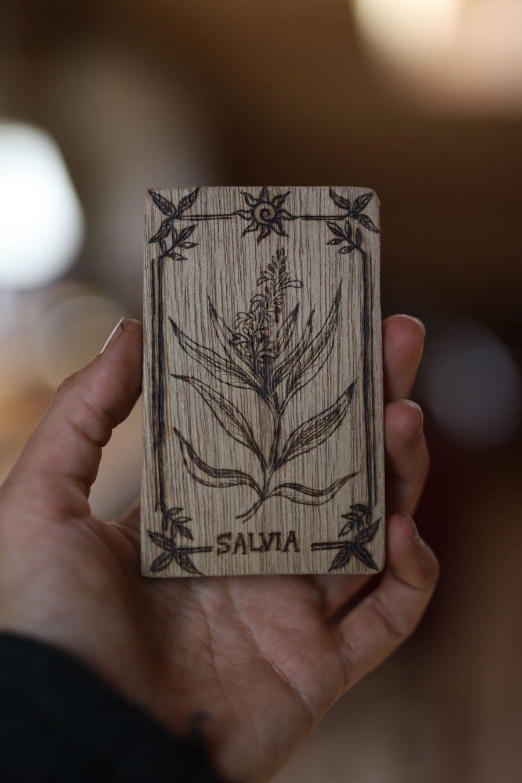 Sauge, plante, salvia, sorcière, Carte botanique, tarot, magie, sorcière, bois, artisanat français, écologique, missive to bears, atelier de la lettre aux ours, pagan, wicca