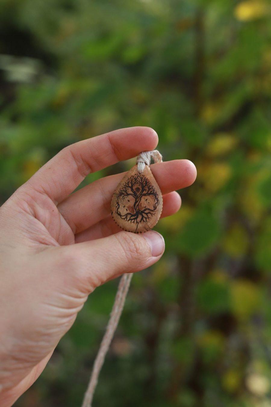 Amulette arbre de vie, celtique, viking, yggdrasil, bois, chanvre, bio, organic, écologique, artisanat normand, atelier de la lettre aux ours, missive to bears, collier, pendentif, bijoux