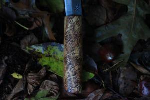 Couteau viking forgé par la forge d'Asgeir et décoré par l'atelier de la lettre aux ours - Missive to Bears, artisanat français normand