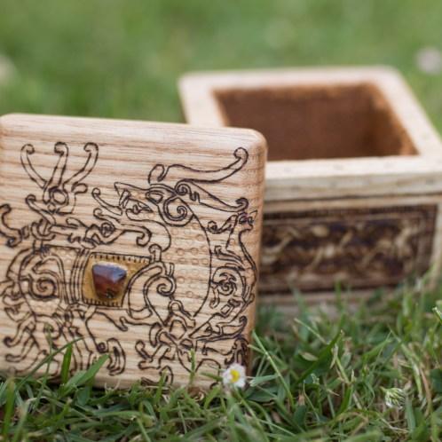 Coffret précieux en bois massif : le Viking. Un coffret en bois massif frêne normand avec un morceau d'ambre millénaire poli par mes soins incrusté dans le bois ainsi qu'un décor en laiton ciselé par La forge d'asgeir ! L'intérieur est revêtu d'un tissu tressé rustique de couleur ambre, revalorisé. Les motifs sont inspirés de la pierre mystérieuse de St Paul's Churchyard à Londres de style Ringerik et d'une monture en vermeil retrouvé à Sutton Hoo en Angleterre