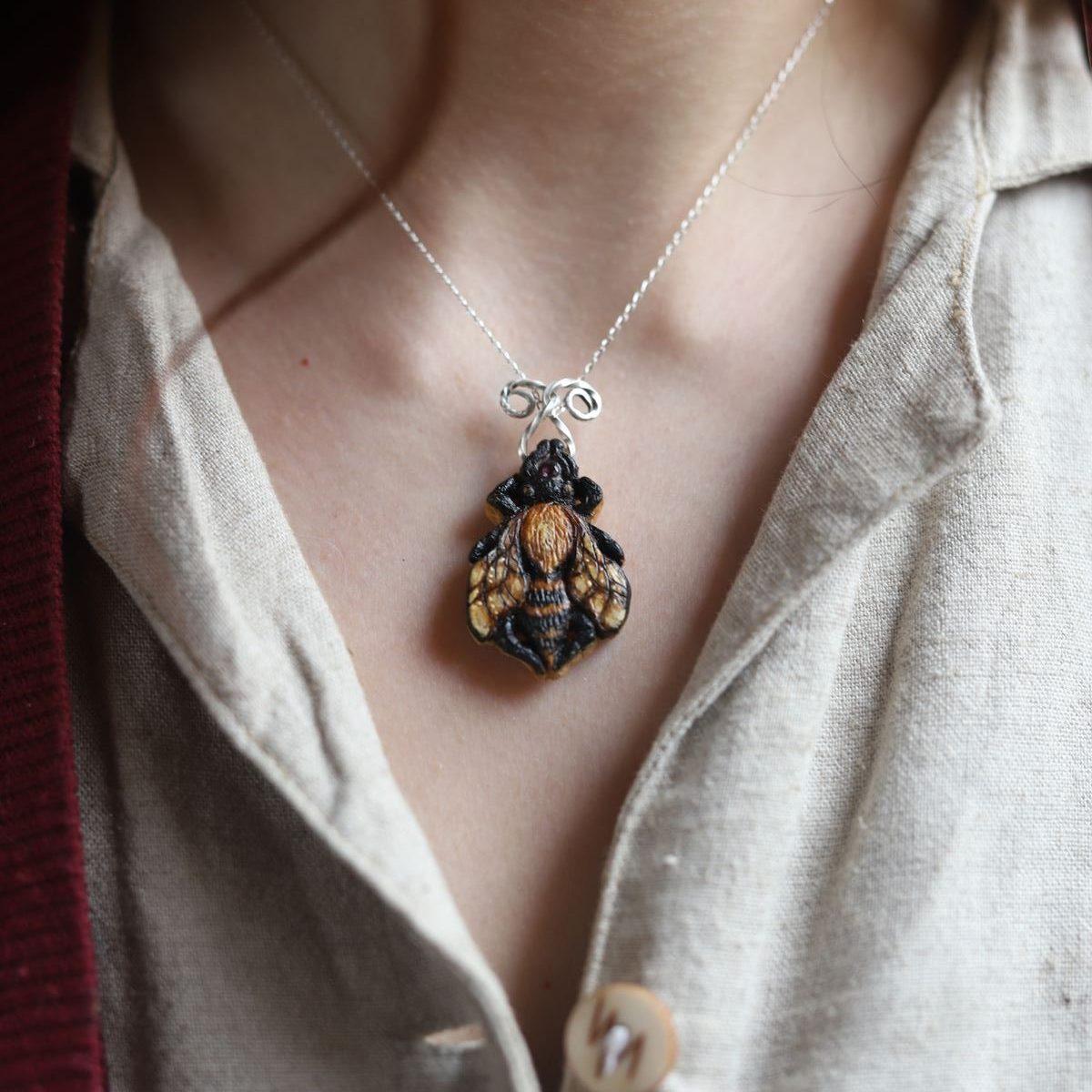 Collier, bois, sculpture, abeille, argent, artisanat français écologique, atelier de la lettre aux ours, missive to bears, bijoux