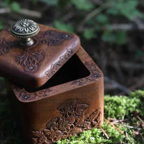 Coffret, bijoux, sculpté, ancien, artisanat, noyer, floral, français, atelier de la lettre aux ours, écologique