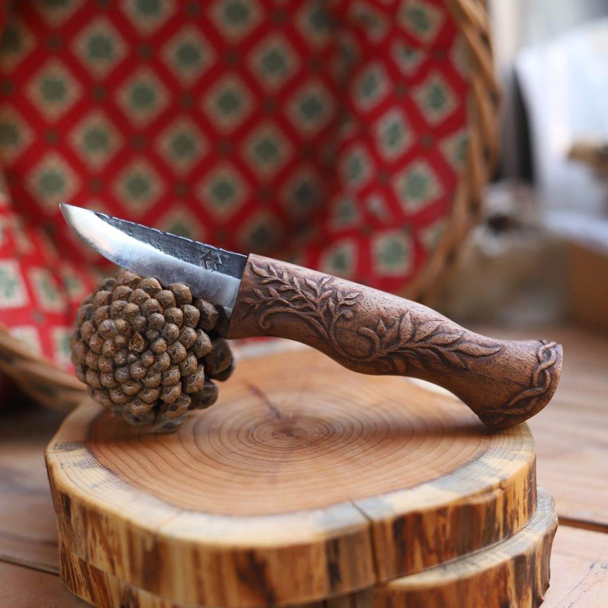 Couteau sculpté floral, végétal, arabesques, artisanat d'art, normandie, écologique, bois, forge, atelier de la lettre aux ours, la forge d'Asgeir