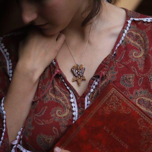 Collier papillon rouge bois sculpté artisanat atelier de la lettre aux ours, bijoux écologique