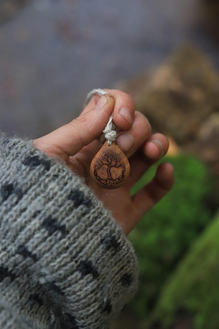 Amulette arbre de vie, celtique, viking, nordique, bois, chanvre, écologique, bio, atelier de la lettre aux ours, artisanat français, normandie, bijoux, pendentif