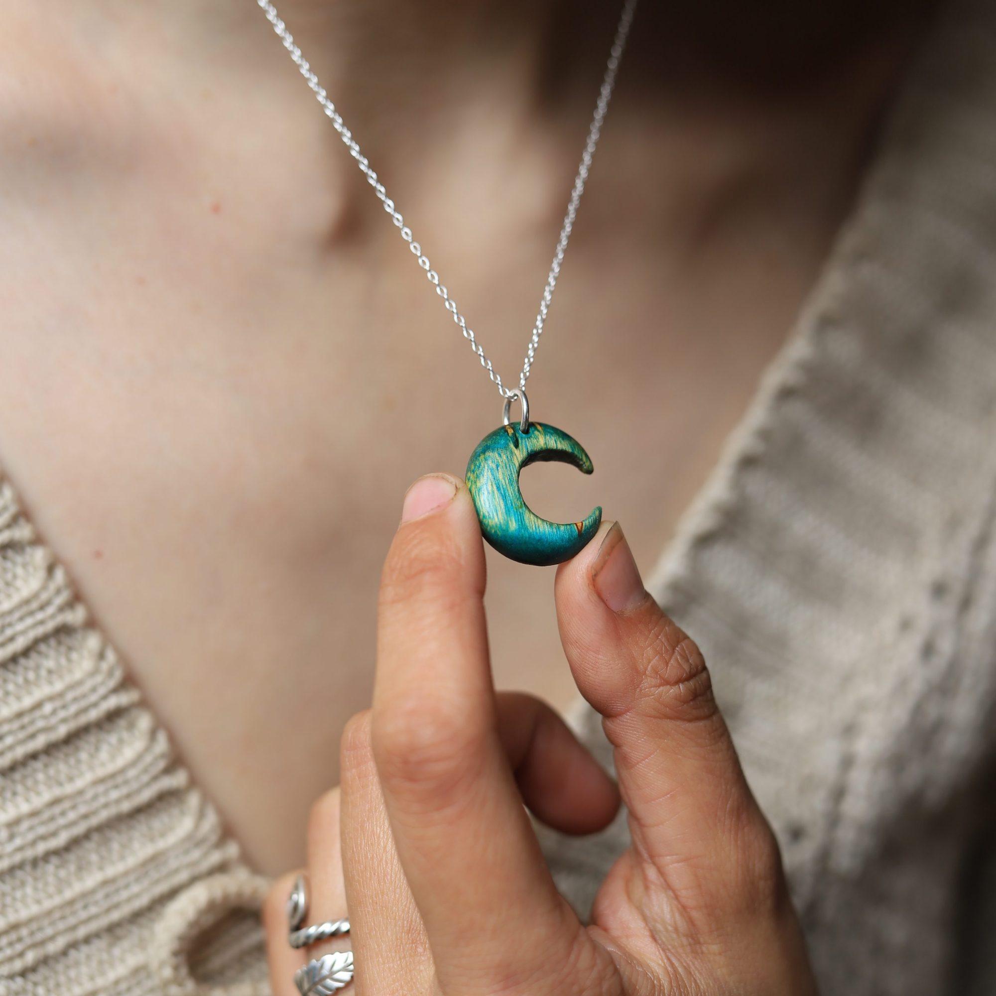 Lune, bleue, bois, sculpture, bijou, collier, artisanat, normandie, écologique, moon, hécathe, atelier de la lettre aux ours