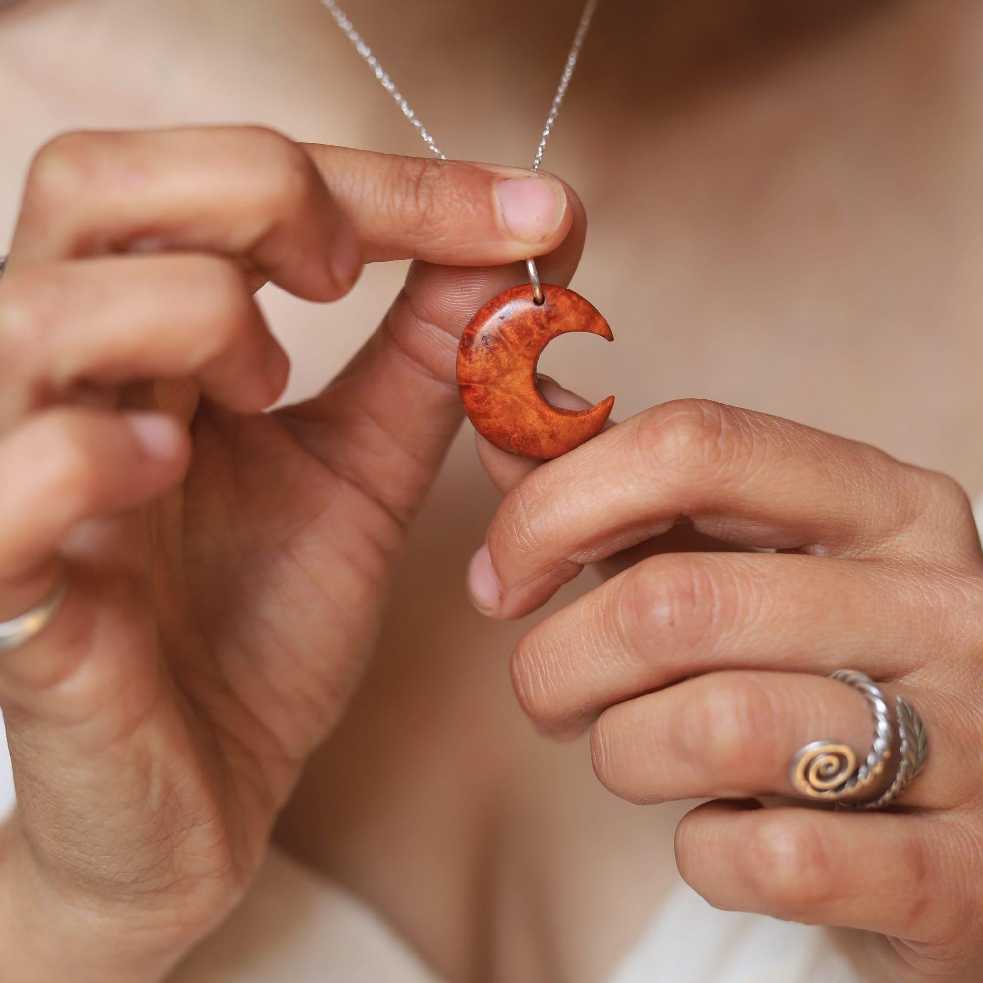 Lune, rousse, bois, sculpture, bijou, collier, artisanat, normandie, écologique, moon, hécathe, atelier de la lettre aux ours