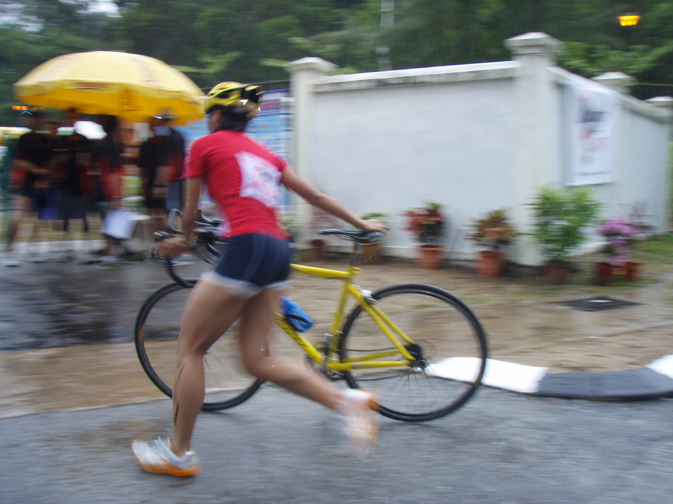 Port Dickson Triathlon 2007, my 2nd Sprint Tri. photographer manage to capture me arse during bike-run transition.