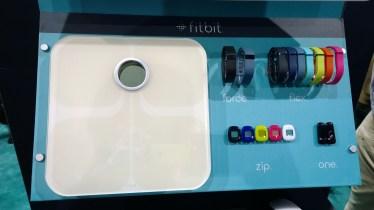 Fitbit Display auf der CES 2014. Alle Tracker gibt es in vielen verschiedenen Farben.