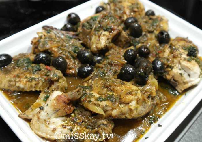Geschmortes marokkanisches Hühnchen mit Oliven
